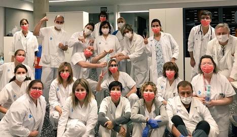 Foto de família de personal del CAP Onze de Setembre, que insta els pacients a trucar abans que acudir al centre.