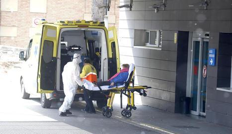 Moment de l'arribada a Urgències d'una pacient traslladada en ambulància, ahir.