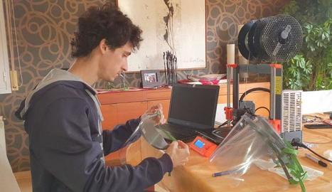 Les viseres protectores que docents de la UdL imprimeixen en 3D als seus domicilis.