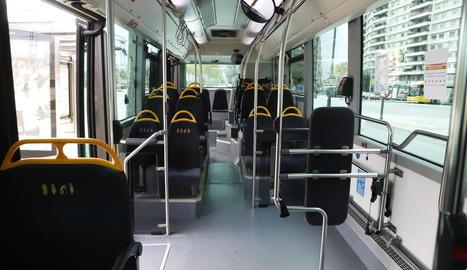 Autobusos buits a la capital - La propagació del coronavirus i el confinament de la ciutadania ha fet que els autobusos urbans hagin perdut més del 90% de la clientela, com es veu a la imatge. D'altra banda, Renfe va anunciar dilluns que reduir ...