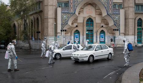 Voluntaris desinfectant un carrer a l'Iran, on ja han mort prop de 2.000 persones.
