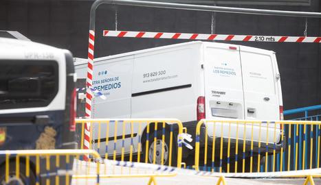 Arribada d'un dels primers furgons funeraris al Palau de Gel de Madrid.