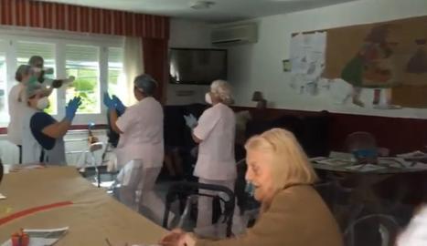 Avis i personal de la Residència Bellpuig ballen 'Resistiré' de Dúo Dinámico