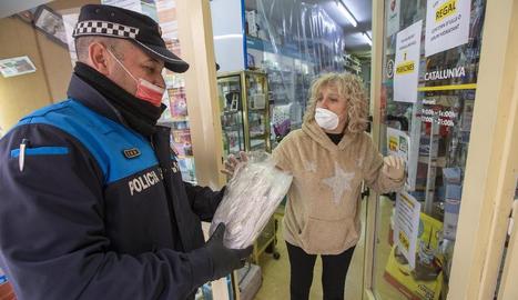 La Policia Local entregant ahir les mascaretes a Guissona.