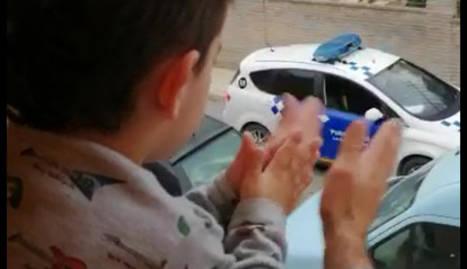 Imatge de la Policia Local de les Borges felicitant el petit Àxel.