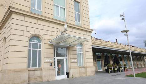 Vista de l'exterior de l'Hotel Nastasi, al complex hoteler de La Fonda situat al peu de la carretera d'Osca.