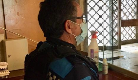 Un agent de la Urbana amb mascareta i gel desinfectant.