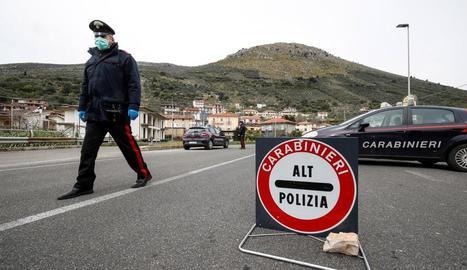 Control policial en l'accés a un poble italià, ahir.