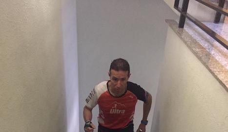 Raúl Arenas, entrenant-se a les escales de casa.