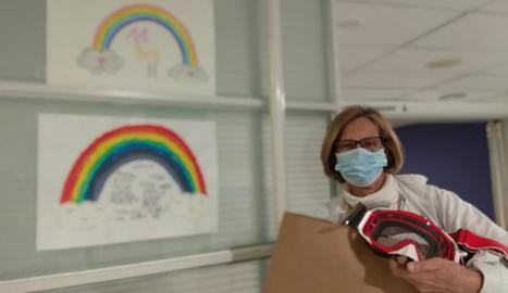 Una sanitària de l'Arnau, amb les ulleres donades per l'SGC.