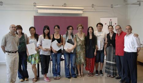 Zhao Mon, primera noia xinesa a l'esquerra de la imatge, amb professorat de la facultat de Lletres i altres estudiants xineses