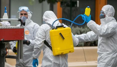 Efectius de l'UME durant la desinfecció de residències.