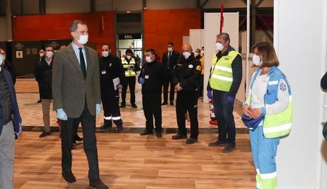 Una dona amb una màscara entra a la residència de gent gran Orpea Loreto, a Madrid.