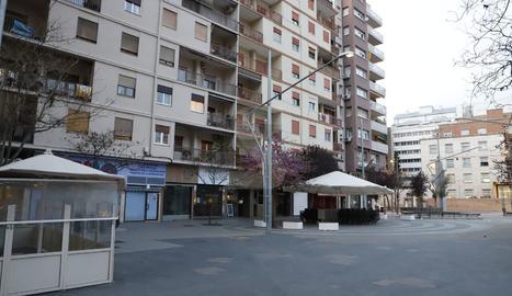 Una vista de l'avinguda Doctor Fleming de Lleida amb els comerços tancats.
