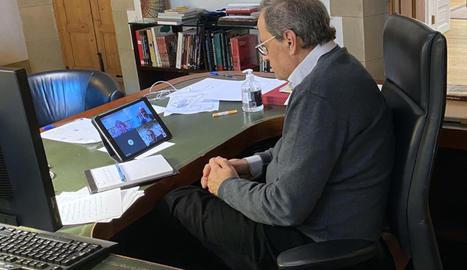 El president de la Generalitat, Quim Torra, reunit per videoconferència, des de la Casa dels Canonges, amb el conseller d'Interior, Miquel Buch, i la consellera de Salut, Alba Vergés, per seguir l'evolució del COVID-19.