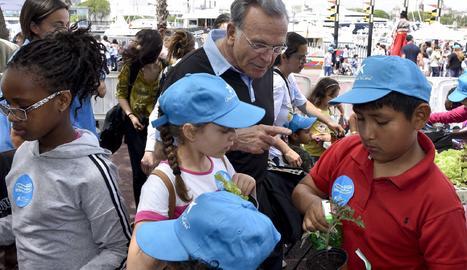 Isidre Fainé amb nenes de CaixaProinfancia.
