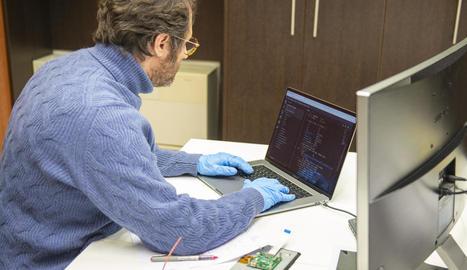 Xavier Miranda, treballant en el disseny del prototip de respirador.