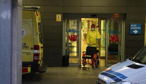 Imatge d'ahir a la nit de la porta d'accés a Urgències de l'Arnau.