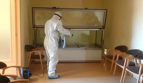 Un tècnic de Milsan desinfectant una sala de vetllatori.