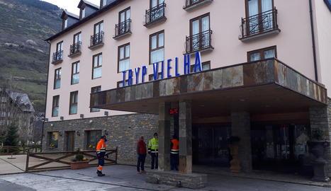 Imatge d'operaris treballant ahir en la posada a punt de l'hotel medicalitzat de Vielha.