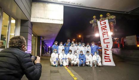 Mossos, bombers i urbans van homenatjar ahir a la nit els professionals de l'Arnau. A la imatge, un grup de sanitaris i bombers.