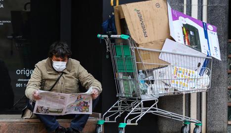Un indigent que, malgrat el confinament, continua al carrer, ahir, a València.