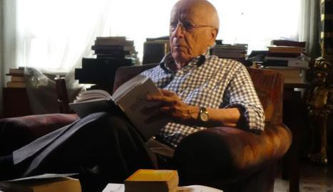 Nascut a Sevilla, Emilio Lledó és filòsof, encara que ell prefereix definir-se com a professor.