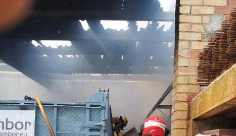 Tasques d'extinció de l'incendi de Flix, ahir.