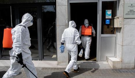 Tasques de neteja en una residència d'ancians amb afectats pel coronavirus a Barcelona.