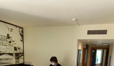Personal de l'Hotel Nastasi preparant una de les habitacions per acollir pacients de Covid-19.