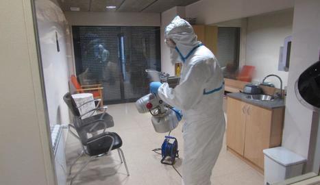 Tasques de desinfecció preventiva en un geriàtric de Sort, ahir.