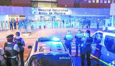 Acte de reconeixement dels cossos policials i de Bombers als sanitaris divendres passat a l'Arnau de Vilanova.