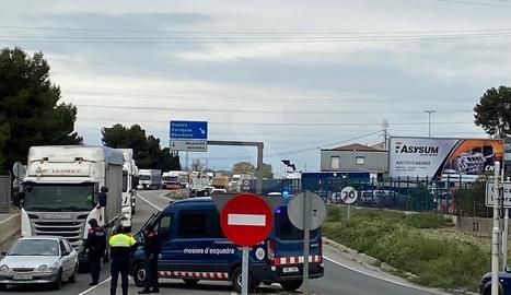 Control dels Mossos a l'entrada del polígon industrial de Lleida