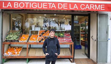 Carme Sánchez davant de la seua botiga d'alimentació a l'avinguda de Madrid, ahir.