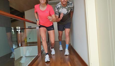 Sandra Borda i Fran Carrillo, de l'AA Xafatolls, entrenant-se dins de casa.