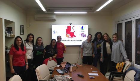 Irela Arbonés, tercera per la dreta, durant la reunió de promotores del rugbi femení.