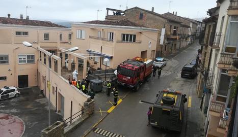 La Unitat Militar d'Emergències, ahir a l'entrada de la residència geriàtrica d'Àger.