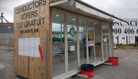 Una empresa de Ponts instal·la una caseta amb aliments gratuïts per als transportistes