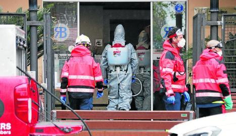 Bombers de Barcelona en tasques de desinfecció de la residència Barcelona, ahir, a la capital catalana.
