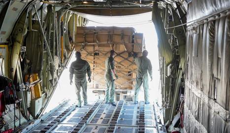 Descàrrega de les gairebé 14 tones de material sanitari per combatre el Covid-19 procedents de la Xina.