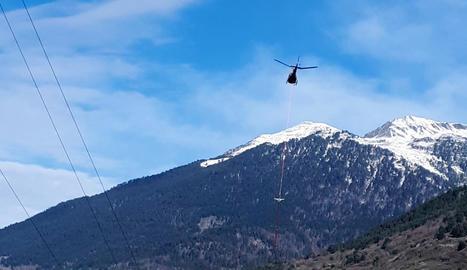 Un helicòpter treballant en la reparació d'una línia elèctrica a Vielha.