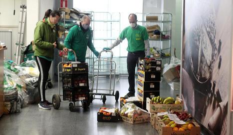 Preparatius d'una tramesa de fruita per repartir a l'hospital d'Ifema a Madrid.