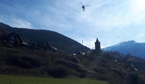 Imatge de l'helicòpter amb un dels dos pals de llum que s'han substituït a Vielha.