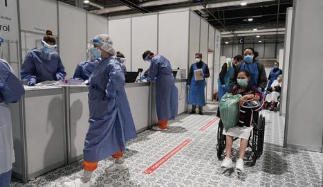 Sanitaris i pacients de l'hospital provisional instal·lat a Ifema, a Madrid.