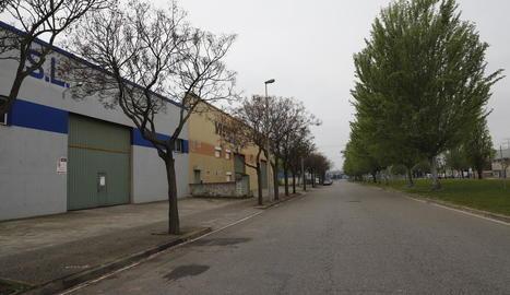 L'obligació de tancar les activitats no essencials va deixar ahir els polígons gairebé buits a Lleida.