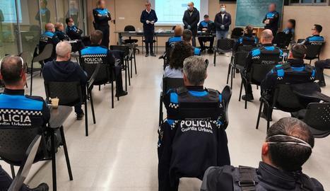 L'alcalde de Lleida, Miquel Pueyo, ha assistit avui al briefing del matí de la Guàrdia Urbana amb els comandaments i agents de servei