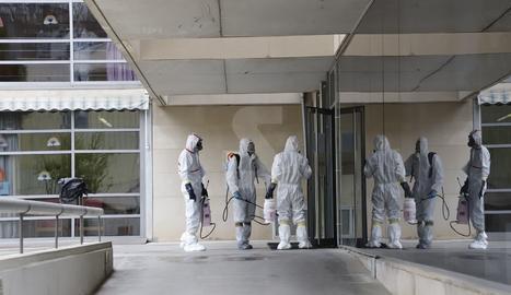 Operaris d'una empresa de desinfecció entren a la residència Llar de Sant Josep de Lleida.