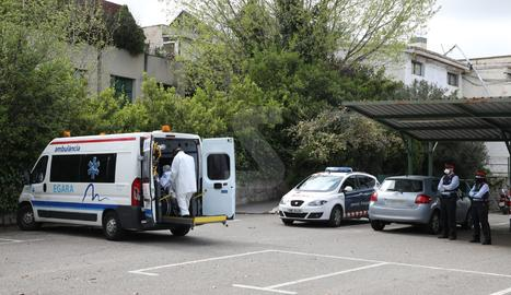 Trasllat d'un pacient de l'Arnau a l'Hotel Nastasi aquest dijous.