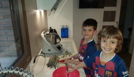 El Jan, de set anys, i el Kai, de tres, van ajudar a preparar el sopar ahir a casa, a Anglesola.