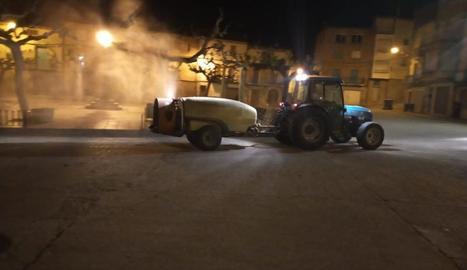 Un dels pagesos desinfecta els carrers de Bovera.